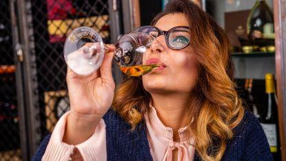 Topsommelier Sepideh testte 5 alcoholvrije schuimwijnen en was aangenaam verrast door de spotgoedkope wijn van Aldi