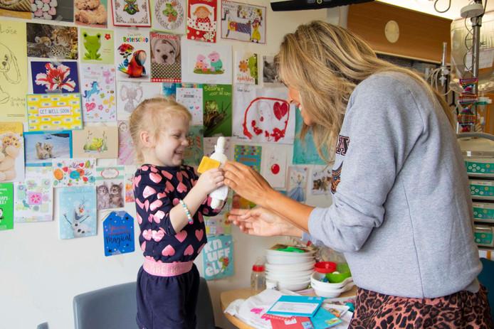 Kim Kötter gaf de eerste nijntje aan de vijfjarige Loïse