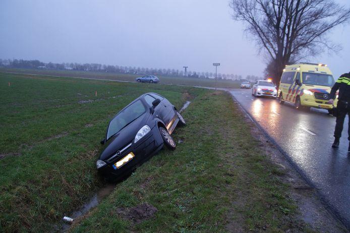 Auto belandt in de sloot in Haarsteeg.