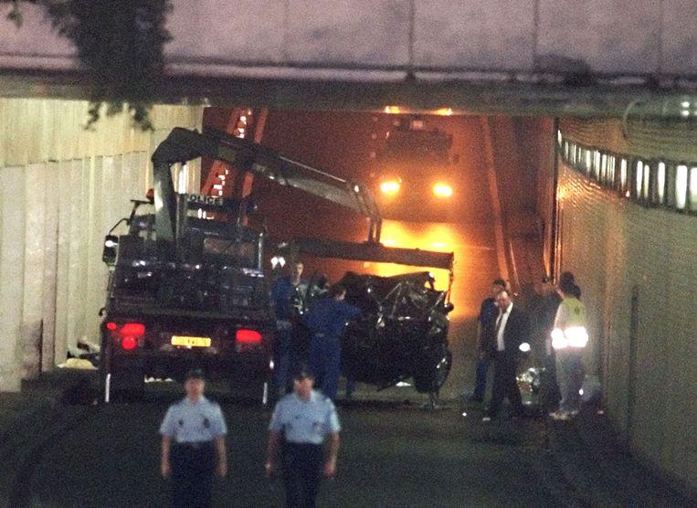Het wrak wordt ingepakt en op een vrachtwagen geplaatst.
