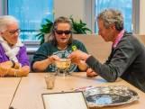 Blinden voelen aan zilveren kandelaars, bloempotten en ambtsketen