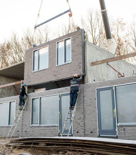 Bouwproject SallandWonen op losse schroeven na ophef over omstreden prefabwoningen Slokker