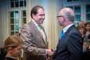 Toenmalig burgemeester van Beuningen Carol van Eert (rechts) schudt Marcel Thijsen de hand tijdens de afscheidsreceptie van Thijsen van de gemeente Wijchen in 2014.
