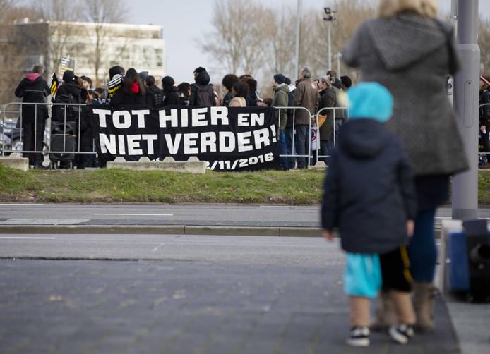 Foto ter illustratie: Demonstranten van de actiegroep 'Kick Out Zwarte Piet' voeren actie tijdens een Sinterklaasfeest in Amsterdam in 2016.