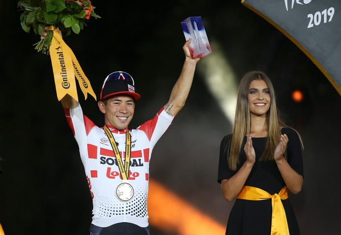 Caleb Ewan viert zijn zege in de laatste etappe van de Tour de France.