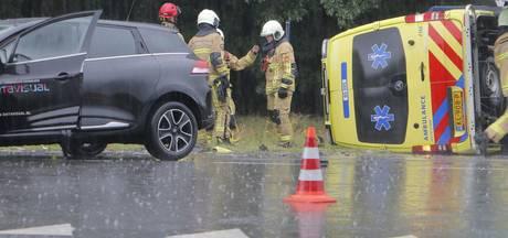 Aanrijding tussen ambulance 2 auto's in Holten
