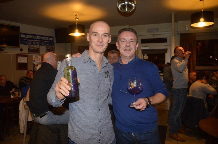 Stefan Everts en Jo Callebaut, uitbater van café Rialto, stellen de gin S72 voor.