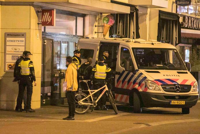 De politie pakte vrijdagnacht meerdere mannen op voor mishandeling op het Willemsplein in Arnhem.