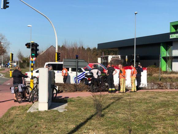 De fiets van het slachtoffer werd afgeschermd met een zeil.