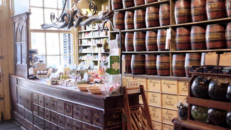 Het behouden gebleven antieke interieur van drogisterij Jacob Hooy aan de Kloveniersburgwal 12. Beeld TON DAMEN