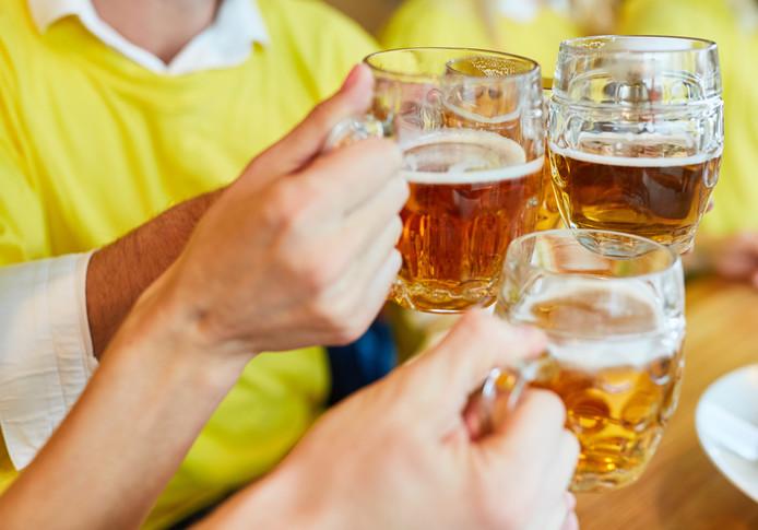 Een biertje op kosten van de club, maar hoe zit het met de belasting over zo'n gratis drankje.