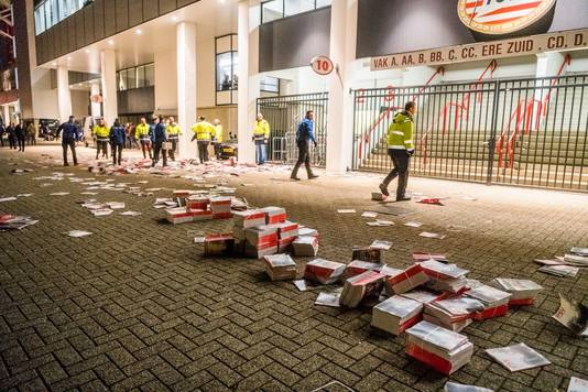 Er werd met stenen en dranghekken gegooid. Ook zijn dozen met magazines gebruikt om te gooien, waarvan een aantal op straat ligt.