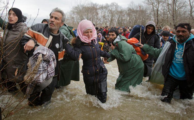 Archiefbeeld uit 2016 van een oversteekpoging van migranten aan de Grieks-Macedonische grens. Tegenwoordig is de Grieks-Turkse grensrivier Evros heel populair.