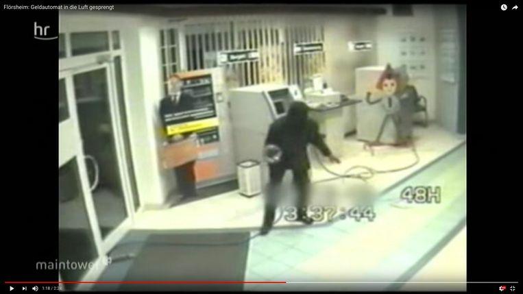 1. Beelden van een Duitse plofkraak tonen hoe de daders te werk gaan. Eerst brengen ze een gasfles van enkele liters binnen in het filiaal.  2. Via plastic darmpjes sijpelt het gas de bankautomaat binnen.