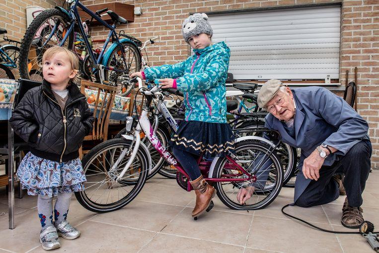 Ten huize van Maurice Verschaeve kunnen ouders voortaan elke zaterdag van de maand terecht om kinderfietsjes te lenen. De kleine Elise Tallir (5) en Chelsey Cleenwerck (4) gingen allebei met een nieuwe fiets naar huis.