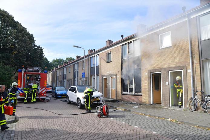 Bij een middelbrand in een woning aan de Generaal Kockstraat in Tilburg is een man gewond geraakt.