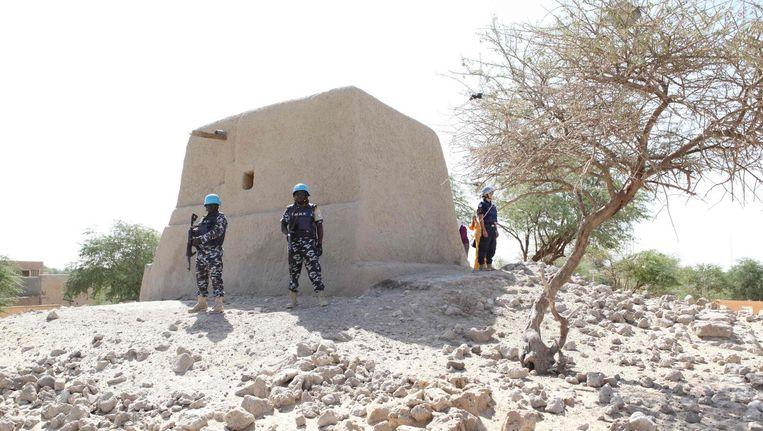 Soldaten van de Verenigde Naties bewaken het herbouwde Alpha Moya mausoleum in de Malinese stad Timboektoe. Beeld afp