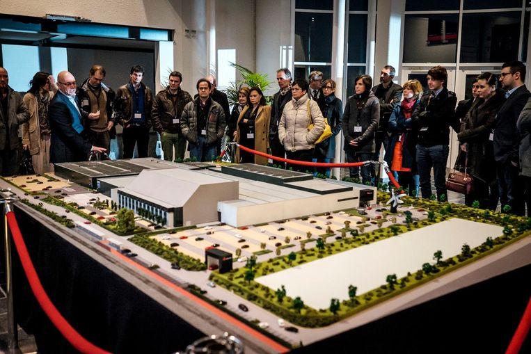 Mensen uit de filmwereld bekijken de maquette van AED Studios.