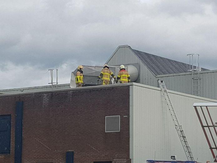 De brandweer is zondag uitgerukt vanwege stormschade aan de Boterstraat in Varsseveld. Bij een oude zuivelfabriek hing een afzuiginstallatie los. Een paar ijzeren platen waren al naar beneden gewaaid.