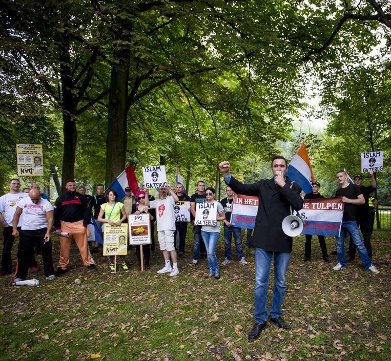 Constant Kusters (voorgrond), leider van de Nederlandse Volks-Unie (NVU), spreekt tijdens de demonstratie in Den Haag. Beeld anp