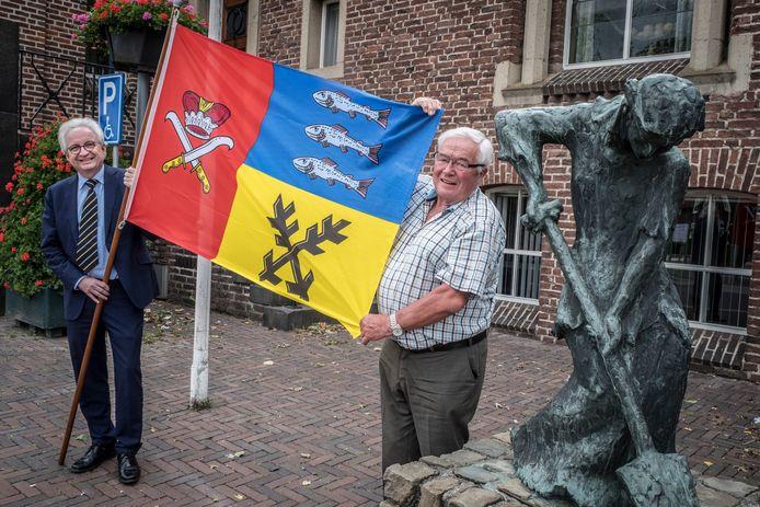 In 2019 vierde Piet Martens (r) het 25-jarig bestaan van de vriendschapsband met Pribyslav. Samen met burgemeester Willem Gradisen houdt hij de vlag van de Tsjechische gemeente hoog.