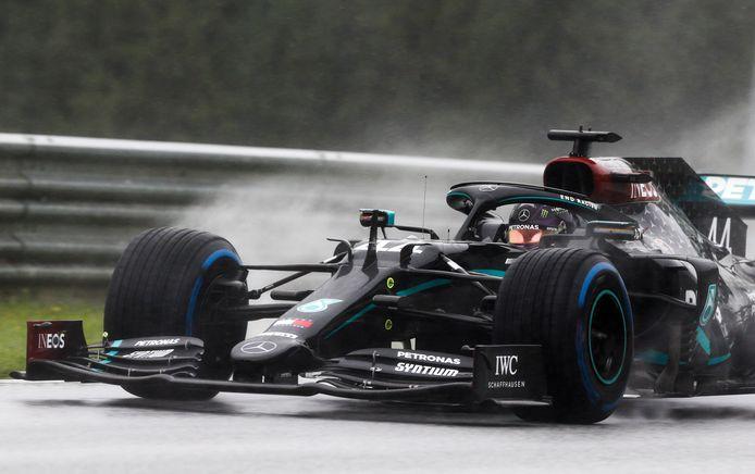 Lewis Hamilton rijdt de snelste tijd in de kwalificatie voor de GP van Stiermarken.
