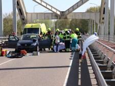 Twee vrouwen gewond bij kettingbotsing met vier auto's op brug bij Den Bosch