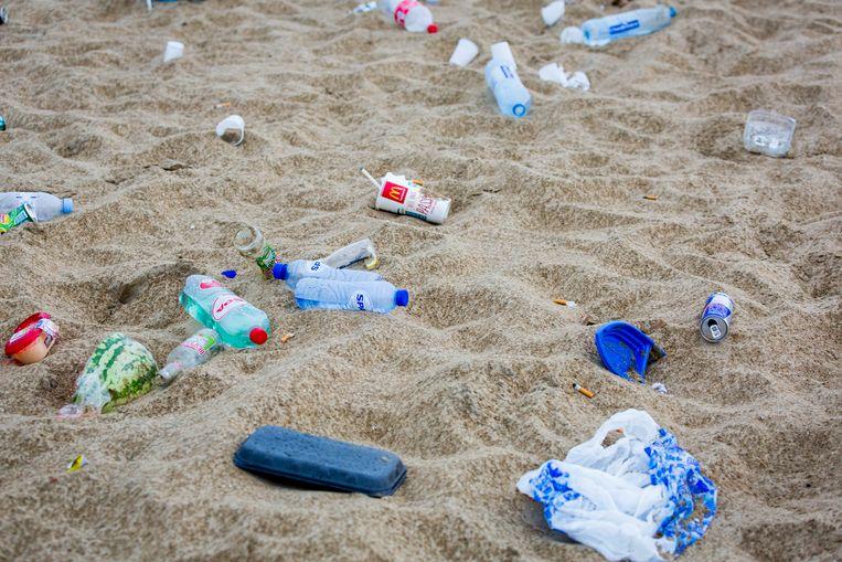 Afval van strandgasten na een tropisch warme dag op het strand.  Beeld ANP