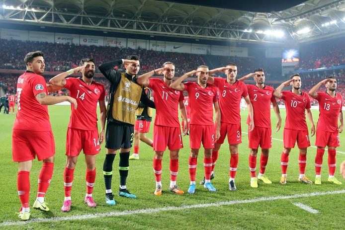 Afgelopen vrijdag salueerden spelers van het Turkse nationaal elftal na een doelpunt tegen Albanië, als steunbetuiging aan Turkse militairen in Noord-Syrië. De UEFA is een onderzoek begonnen.