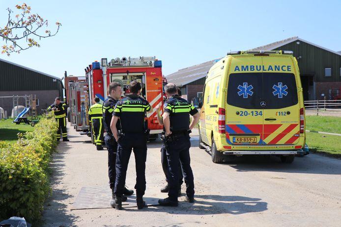 Hulpdiensten aanwezig op boerderij in Wijk en Aalburg (FPMB JURGEN VERSTEEG)