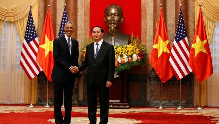 De Amerikaanse president Obama schudt president Tran Dai Quang de hand bij zijn aankomst in Hanoi
