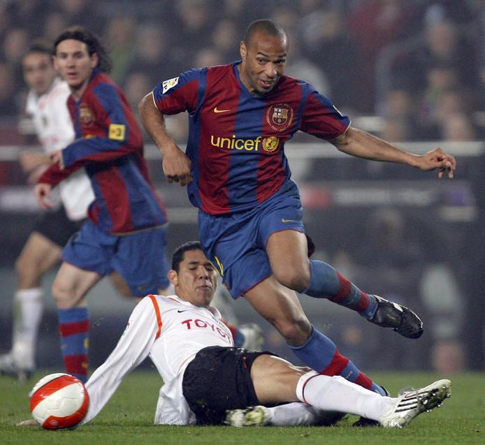 Hedwiges Maduro in duel met Thierry Henry in de halve finale van de Copa del Rey, 27 februari 2008.