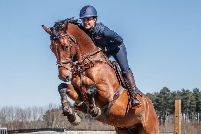 Kristy Snepvangers, tiener uit Etten-Leur, werkt gestaag aan een mooie sportcarrière als ruiter. Ze traint in Bergen op Zoom, hier op haar paard Millstream Inspiration. Nu Eventing Etten-Leur is afgelast vanwege de coronacrisis, is ze op zoek naar nieuwe kortetermijndoelen.