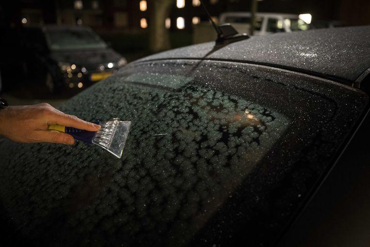 Om krassen op de autoruit te vermijden, liet het slachtoffer haar auto warmdraaien.