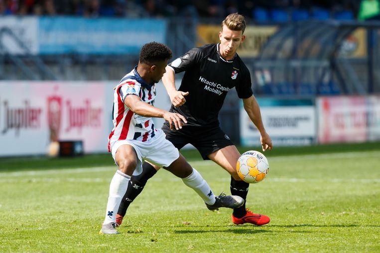 Willem II-speler Diego Palacios (l) duelleert met Glenn Bijl van FC Emmen.  Beeld VI Images