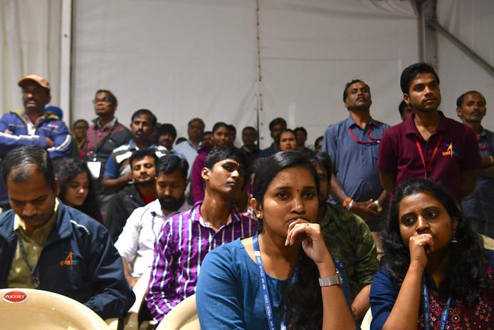 Medewerkers van de Indian Space Research Organisation (ISRO) kijken verslagen naar wat India's eerste maanlanding had moeten worden.