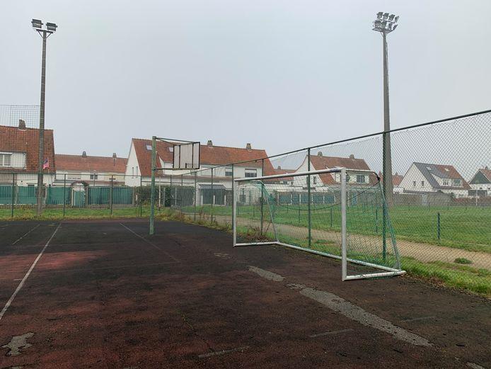 Op prospectie bij de Sportschuur in Wolvertem - Meise De basketbalring staat naar de buitenzijde van het veld gericht