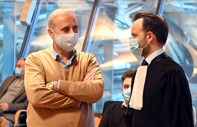 Melikam Kucam (links) wordt vertegenwoordigd door zijn advocaten Mounir Souidi (rechts) en Walter Damen.