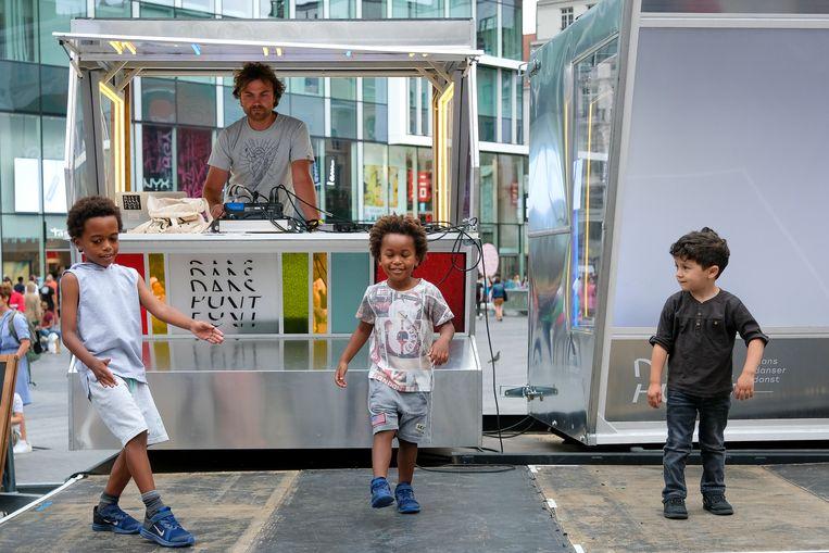 Archiefbeeld. Vlaamse Feestdag in Brussel: Kinderen wagen een dansje op een podium op het Muntplein
