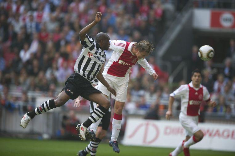 Siem de Jong (M) scoort de 1-0 voor Ajax. Kwame Quansah (L) van Heracles is te laat. Foto ANP Beeld