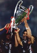 Een huilende Patrick Kluivert (l) houdt samen met Frank Rijkaard en Edgar Davids de cup vast.