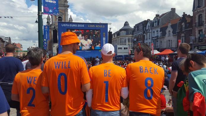 """'We will be back in 2018"""". Oranjesupporters (vlnr) Hein Jordans, Eric Soeters, Lars Paantjens en Koen van der Vorst uit Etten-Leur trokken heel wat bekijks."""
