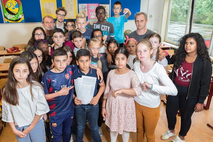 De klas is boos en teleurgesteld. Op basisschool de Toonladder in Holtenbroek hebben leerlingen een handtekeningenactie gehouden voor de moeder van leerling Husam Almejah.