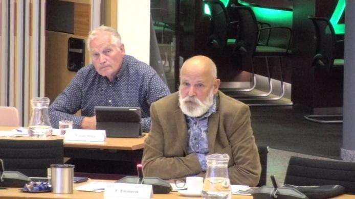 Raadslid Fred Emmerik met achter hem partijgenoot Ton van Hees van Samen voor Valkenswaard tijdens de vergadering van donderdag 28 mei 2020, die voor niemand te volgen was. (Beeld uit de opname, waarbij het geluid ontbrak).