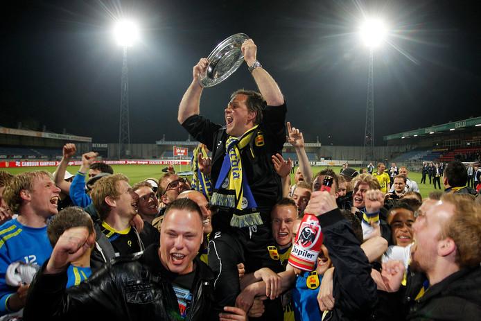 Henk de Jong gaat in 2013 op de schouders nadat hij met Cambuur kampioen van de eerste divisie is geworden.