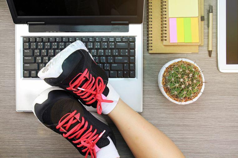 Zeven uur zittend aan een bureau doorbrengen: het maakt niet alleen dik, het is ook erg ongezond. Nek- en rugklachten zijn zelfs de belangrijkste oorzaak van ziekteverzuim. De enige remedie? Bewegen.