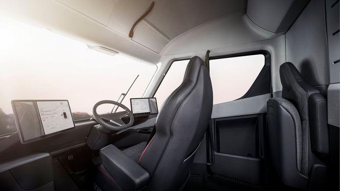 De chauffeur van een Tesla Semi zit in het midden van zijn cabine