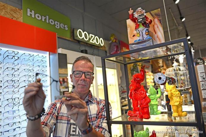 """Ondernemer Richard Timmers in zijn speciaalzaak voor leeftijd-kado's Miries, waar hij nu ook oogmetingen verricht en brillen verkoopt. """"De ondernemer van de toekomst combineert verschillende concepten."""""""