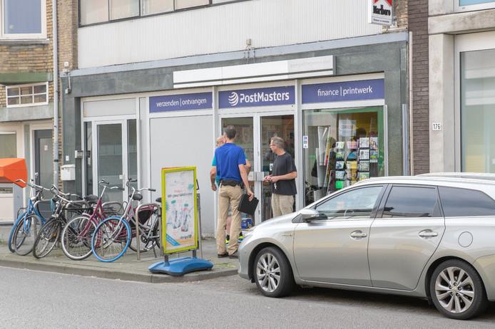 Politie bij het postagentschap aan de Korvelseweg in Tilburg.