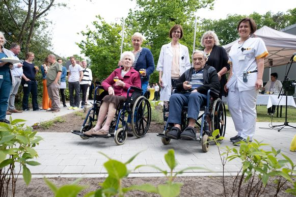 De initiatiefnemers van de rusttuin met enkele patiënten van het ziekenhuis